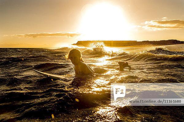 Spanien  Teneriffa  junge Surferin bei Sonnenuntergang Spanien, Teneriffa, junge Surferin bei Sonnenuntergang
