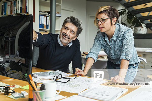 Architektinnen und Architekten diskutieren über die Arbeit im Büro