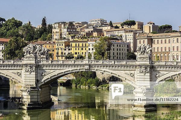 Italien  Rom  Blick auf die Stadt mit dem Tiber im Vordergrund