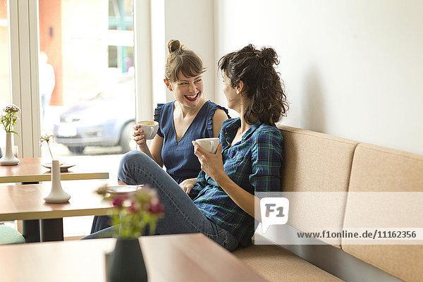 Zwei glückliche Freunde in einem Coffee-Shop
