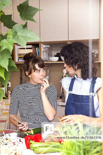 Zwei Frauen kommunizieren in der Küche