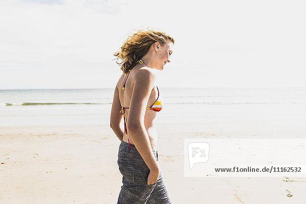 Teenagermädchen beim Spaziergang am Strand
