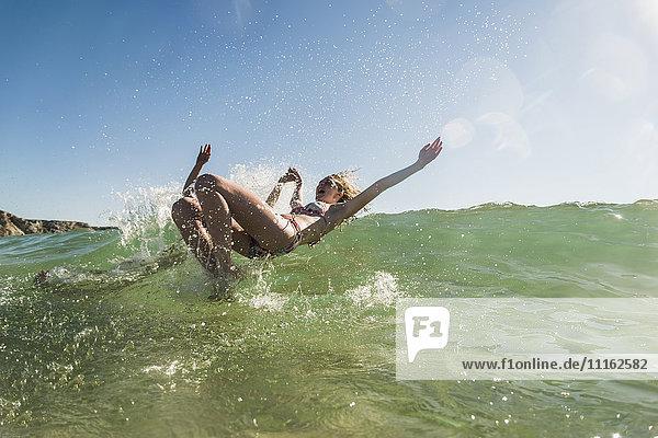 Teenager-Paar mit Spaß im Meer