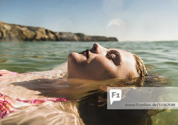 Teenagermädchen schwimmend im Meer