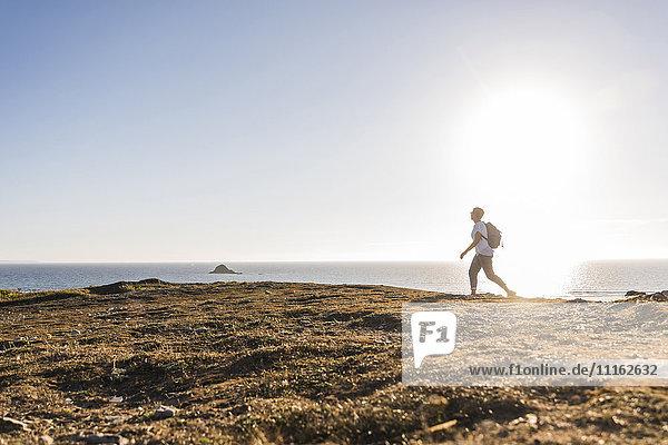 Frankreich  Bretagne  Finistere  Halbinsel Crozon  Frau beim Strandwandern