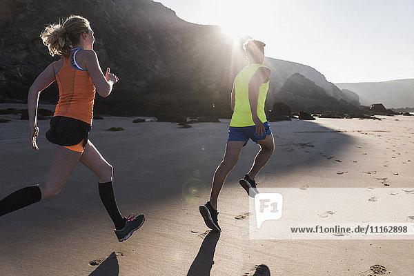 Frankreich  Halbinsel Crozon  junges Paar  das am Strand läuft