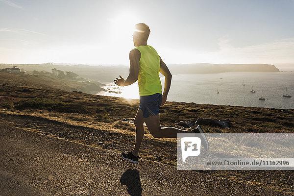 Frankreich  Halbinsel Crozon  junger Mann auf der Küstenstraße