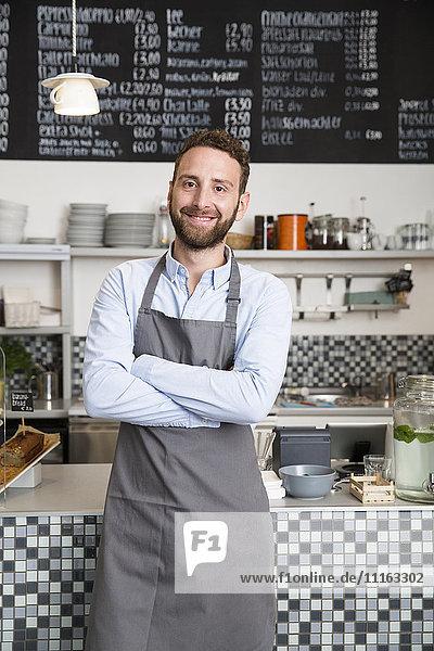 Porträt eines lächelnden Barista in einem Café