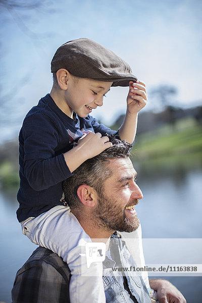 Vater trägt seinen Sohn auf den Schultern