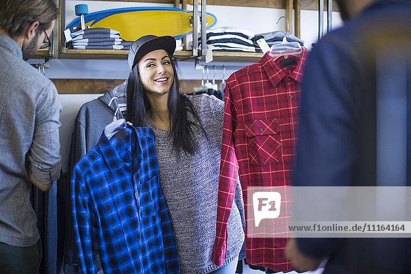 Freunde  die Kleidung im Geschäft wählen