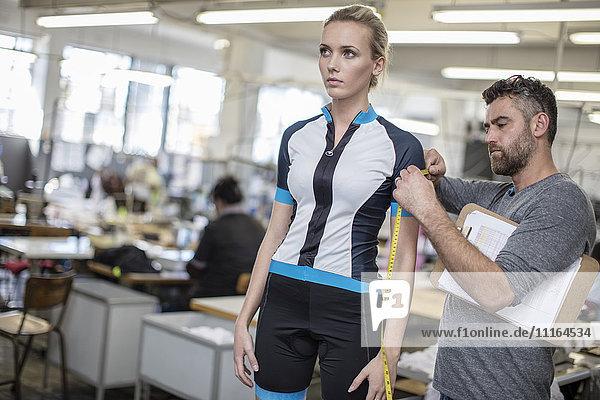 Schneider-Messarm eines Modells in Sportbekleidung