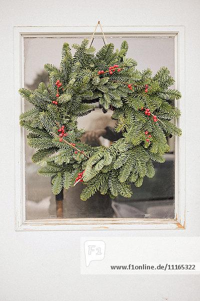 Ein Weihnachtskranz an einer Tür.