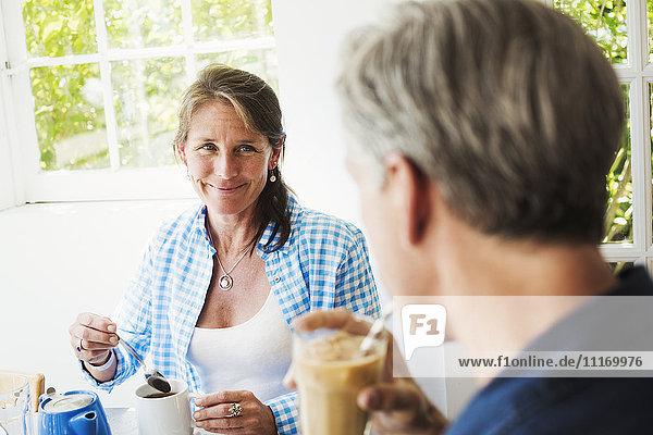 Eine Frau und ein Gespräch bei einer Tasse Tee.