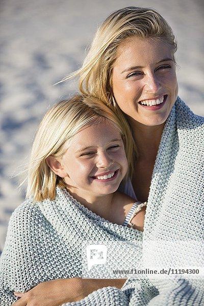Nahaufnahme einer Frau und ihrer Tochter lächelnd