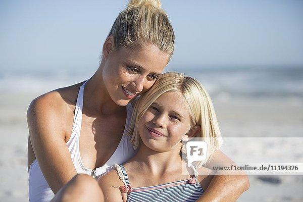 Nahaufnahme einer jungen Frau  die mit ihrer Tochter lächelt