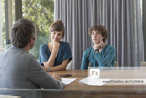 Jugendliche im Gespräch mit dem Berater im Büro