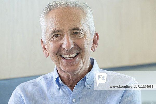 Glücklicher älterer Mann lächelnd
