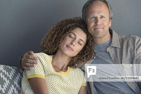 Porträt eines Paares auf der Couch