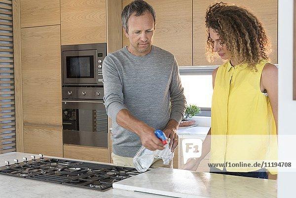 Paar Reinigung der Küche nach dem Kochen von Speisen