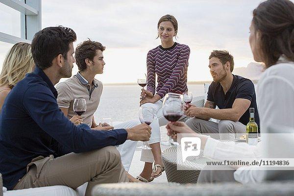 Eine Gruppe von Freunden genießt den Wein in einem Resort.