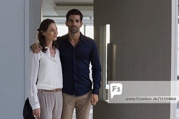 Porträt eines Paares am Eingang eines Hauses
