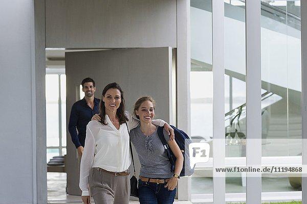 Frau mit ihrer Tochter und ihrem Mann im Hintergrund