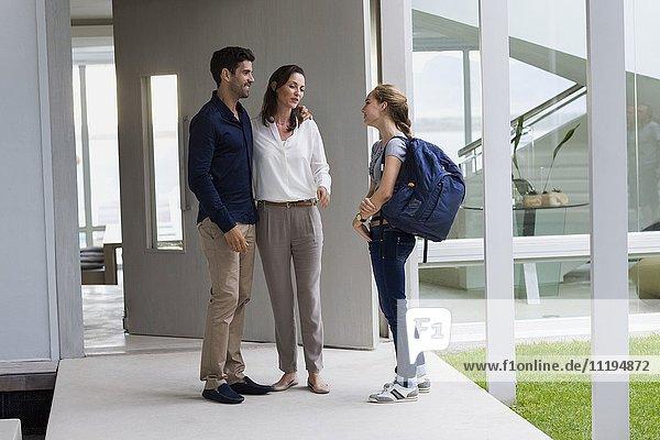 Teenager-Mädchen im Gespräch mit ihren Eltern