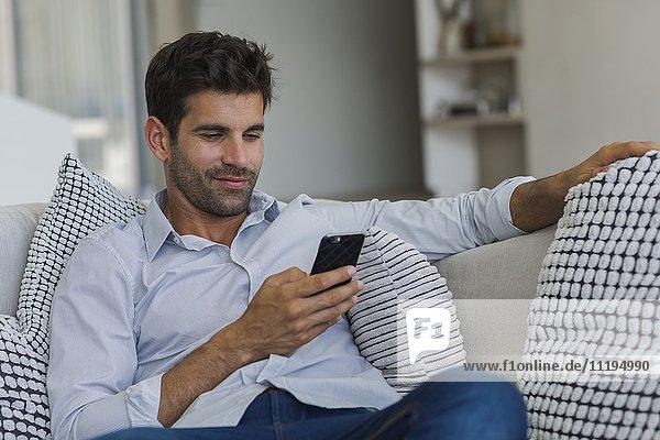 Mittlerer Erwachsener Mann mit einem Mobiltelefon