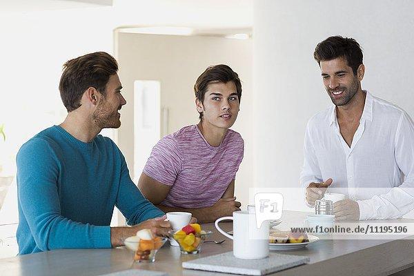 Nahaufnahme von drei Freunden beim Kaffeetrinken