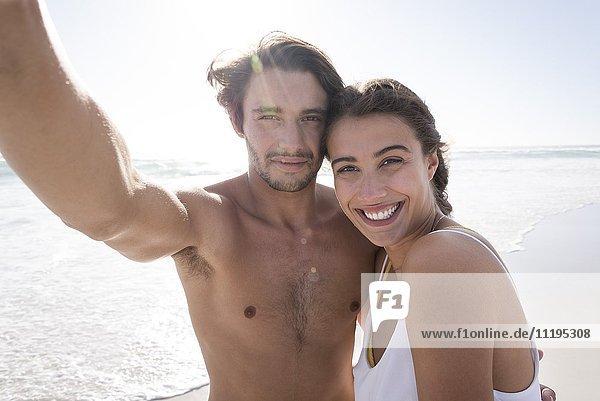 Porträt eines jungen Paares  das lächelt