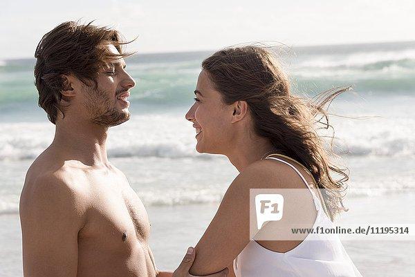 Fröhliches romantisches Paar am Strand