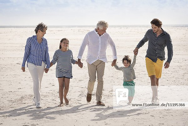 Fröhliche Mehrgenerationen-Familienwanderung am Strand