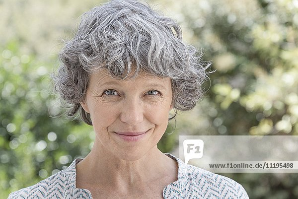 Porträt einer glücklichen Frau lächelnd