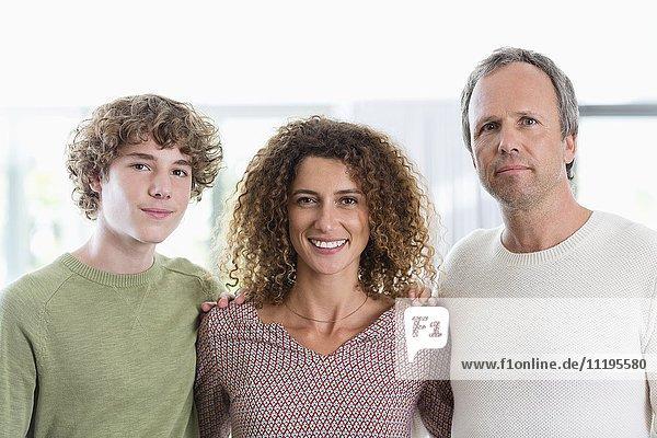Porträt einer glücklichen Familie  die zu Hause lächelt