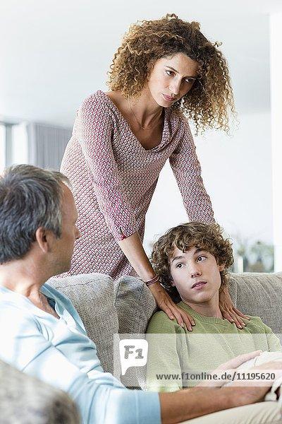 Familie mit Diskussion im Wohnzimmer zu Hause