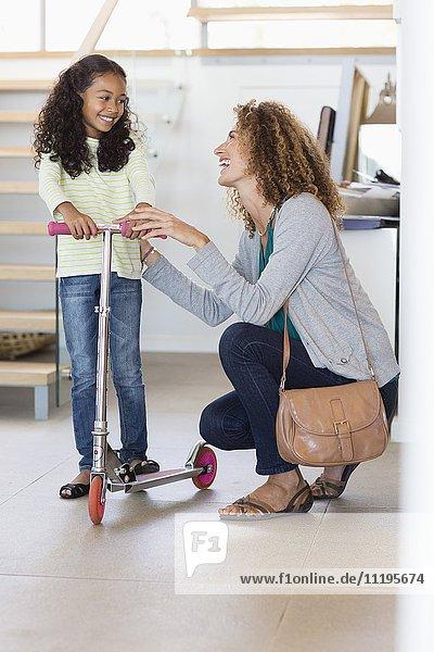 Glückliche Mutter und Tochter beim Spielen zu Hause