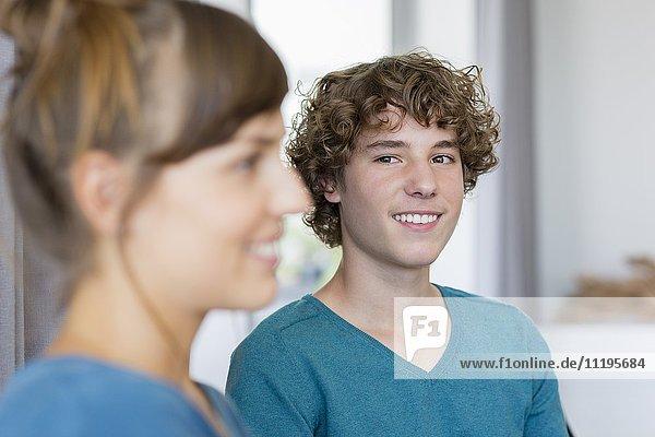 Nahaufnahme von zwei jungen Freunden lächelnd