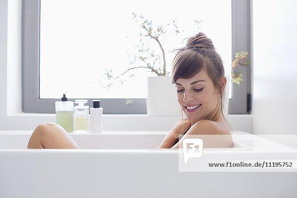 Schöne Frau entspannt in der Badewanne