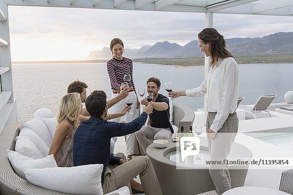 Gruppe von Freunden  die sich gegenseitig auf einer Party im Freien anstoßen.