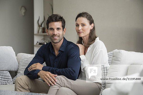 Portrait eines glücklichen Paares auf einer Couch sitzend