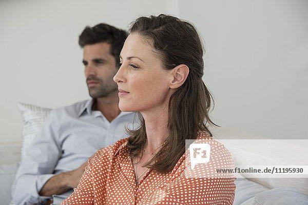 Nahaufnahme einer reifen Frau mit ihrem Mann im Hintergrund