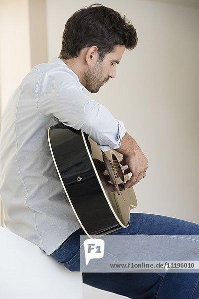Seitenprofil eines Gitarristen