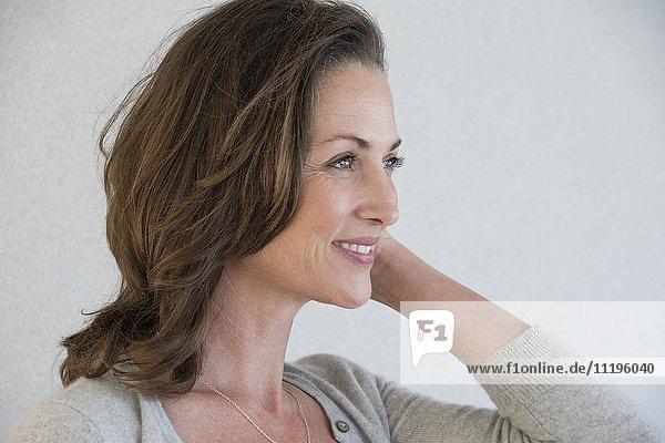 Nahaufnahme der schönen reifen Frau lächelnd