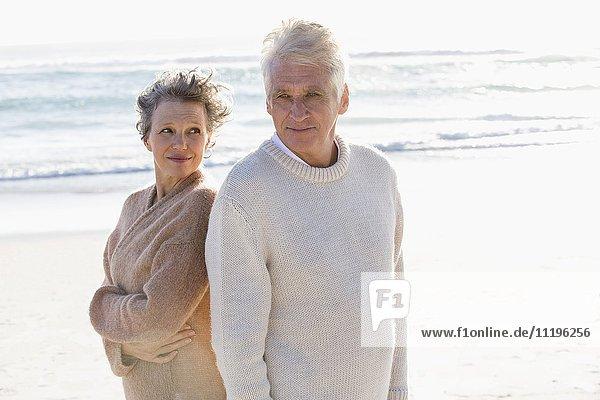 Altes Paar am Strand stehend