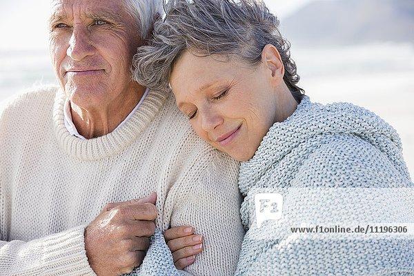 Frau entspannt sich auf der Schulter ihres Mannes