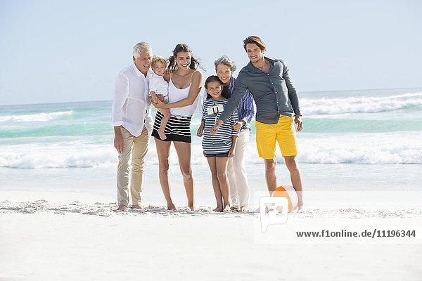 Mehrgenerationen-Familie  die am Strand steht und Selfie nimmt.