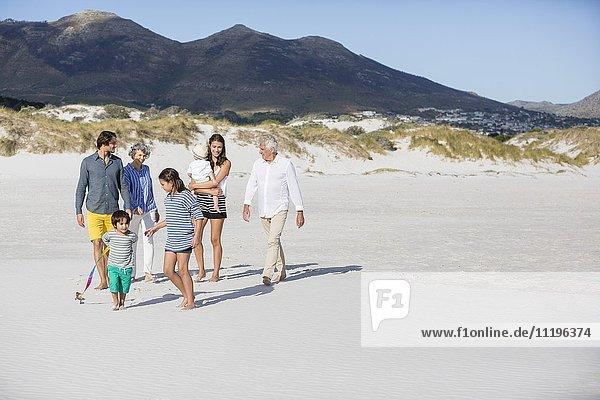 Glückliche Familie beim Spaziergang am Strand