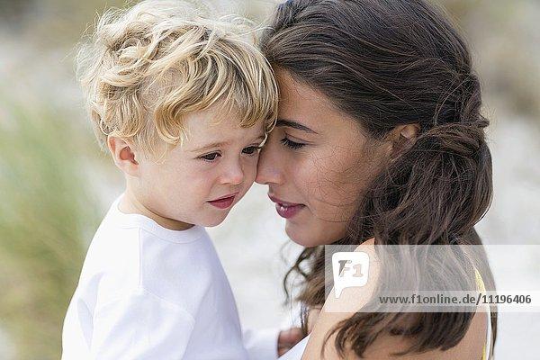 Nahaufnahme einer Frau  die mit ihrem Sohn verliebt ist.