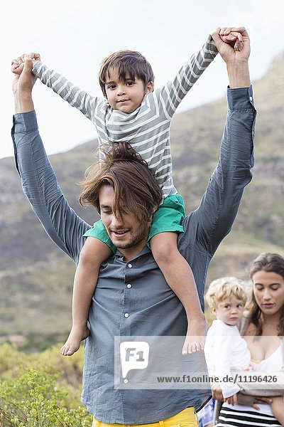 Familienwanderung auf der Wiese