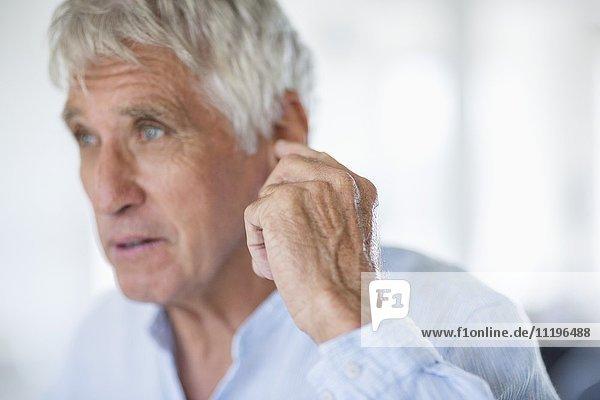 Nahaufnahme eines älteren Mannes mit Gestik